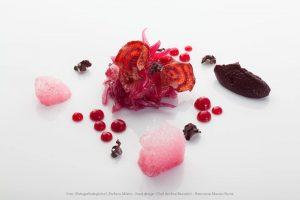 dentice marinato in rapa rossa con salsa di melograno e cavolo viola