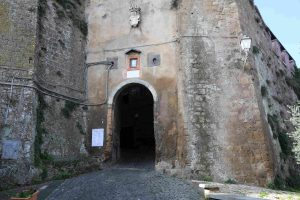 la porta di accesso a Calcata