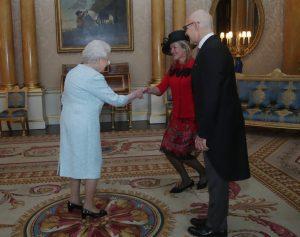 Sua Maestà la Regina Elisabetta II, l'Ambasciatore S.E. Raffaele Trombetta e la consorte Victoria Trombetta.1_e0