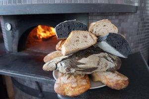 Pane fresco cotto nel forno a legna